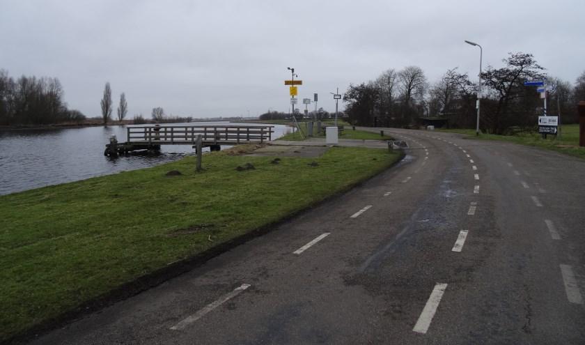 De Zijldijk ter hoogte van het fiets- en voetgangerspontje naar de Merenwijk. Hier wordt de weg omgevormd in een 'fietsstraat' waar de auto te gast is.| Foto: C. v.d. Laan