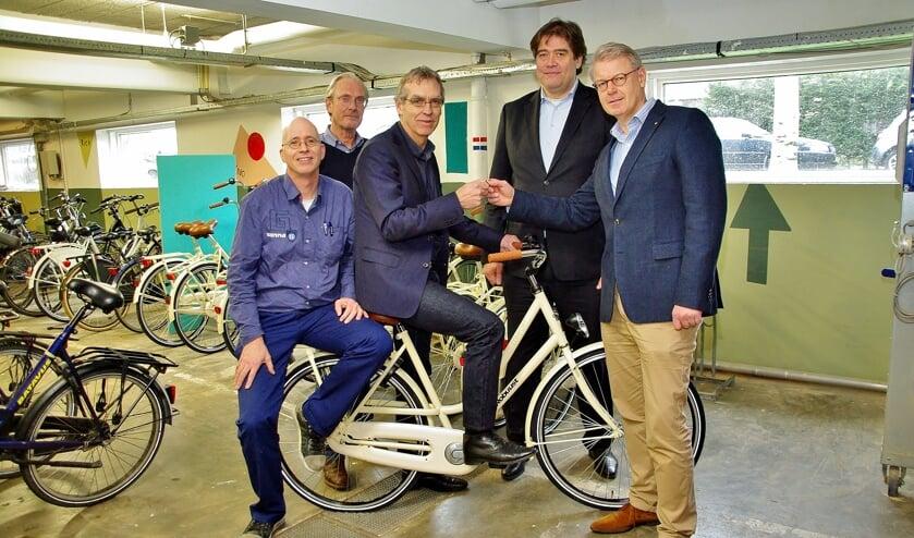 Symbolisch wordt de sleutel van de eerste fiets overhandigd. Op de foto: Harmen Kooistra (Gamma), Henk Visser (Lions), Douwe Splinter (Leo Kannerschool), Bart Tönjann (Lions) en Wouter Beck (Lions). | Foto Willemien Timmers