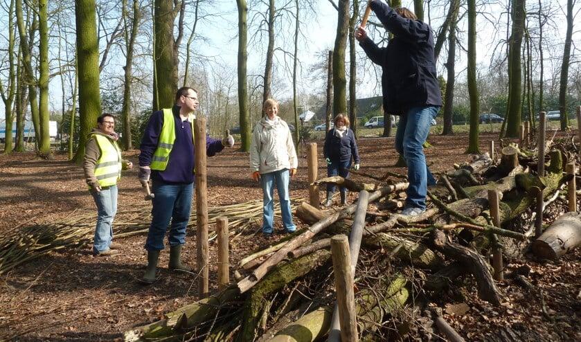 <p>Het Overbosch wordt lenteklaar gemaakt met behulp van vrijwilligers tijdens het jaarlijkse NLdoet. | Foto: pr.</p>