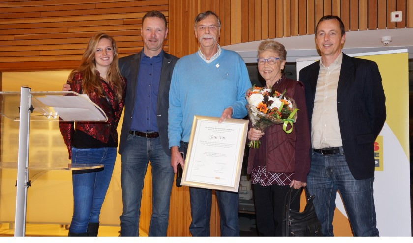 Zilveren Promo winnaarJan Vos (met oorkonde) met rechts van hem zijn echtgenote en zoon, en links SSPL bestuurslid Kim Vos en Praxix bedrijfsleider Marco Straver. | Foto: Frans Brocken