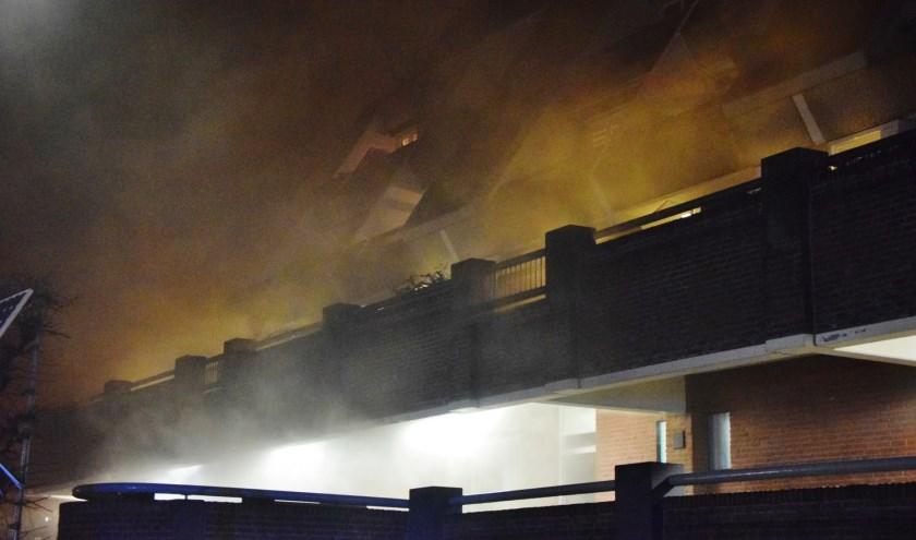 De grote rookontwikkeling maakte het noodzakelijk de appartementen boven de berging te ontruimen. | Foto: AS Media