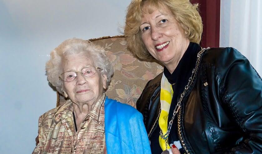 Burgemeester Laila Driessen kwam mevrouw Morgenrood woensdag alvast feliciteren namens de gemeente Leiderdorp. | Foto: J.P. Kranenburg