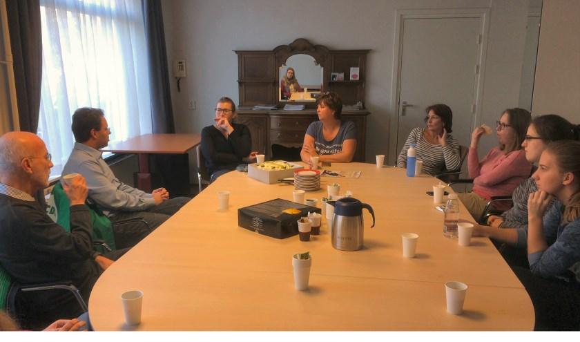 CDA kandidaat voor de Tweede Kamer Jan-Jaap de Haan (2e van links) in gesprek met verzorgenden. | Foto: PR
