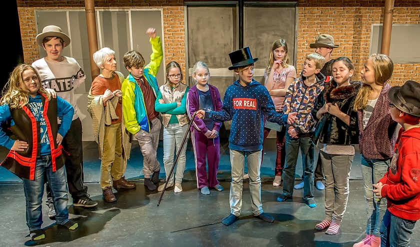 De cast van De Toverfabriek.   Foto: J.P. Kranenburg