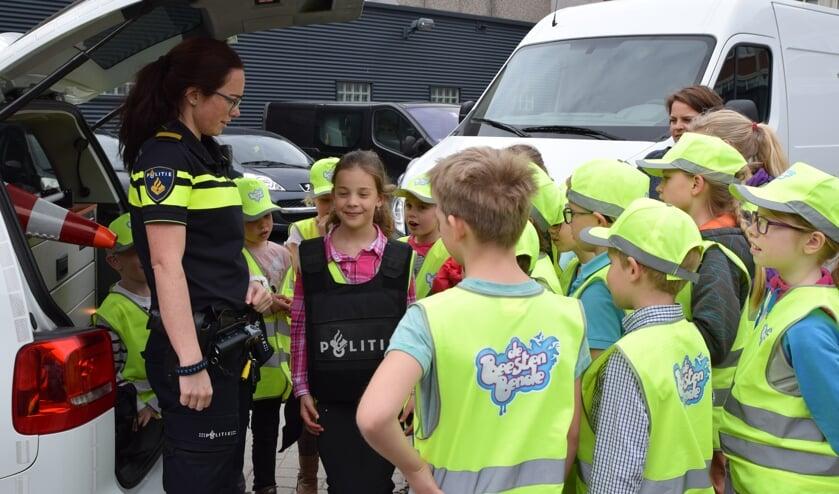 Agente Shannon laat zien wat er allemaal in een politieauto ligt.