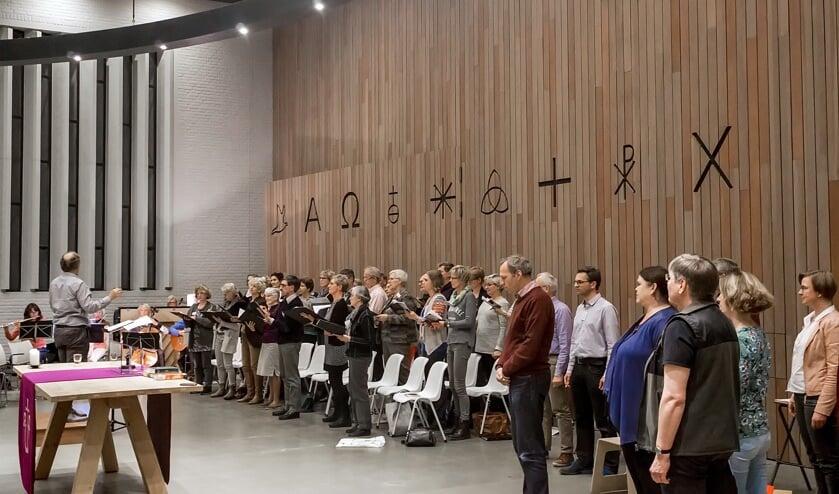 Piet Jasperse dirigeert twee koren en een orkest.