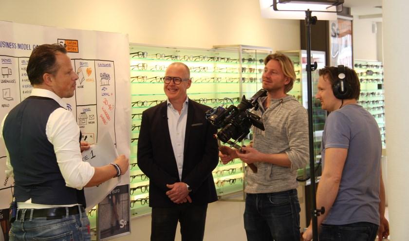 De cameraploeg van RTL Z in actie bij Saton Optiek.   Foto: PR