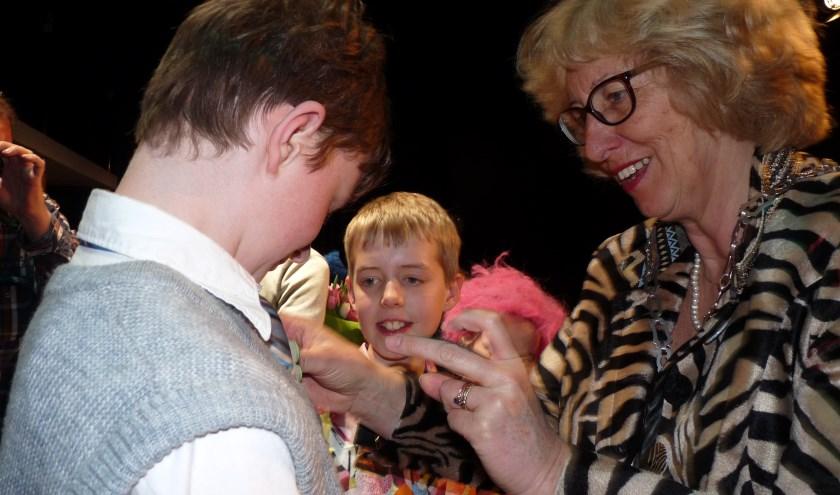 De kinderen kregen van de burgemeester een speldje. | Foto: Esta Hoogervorst