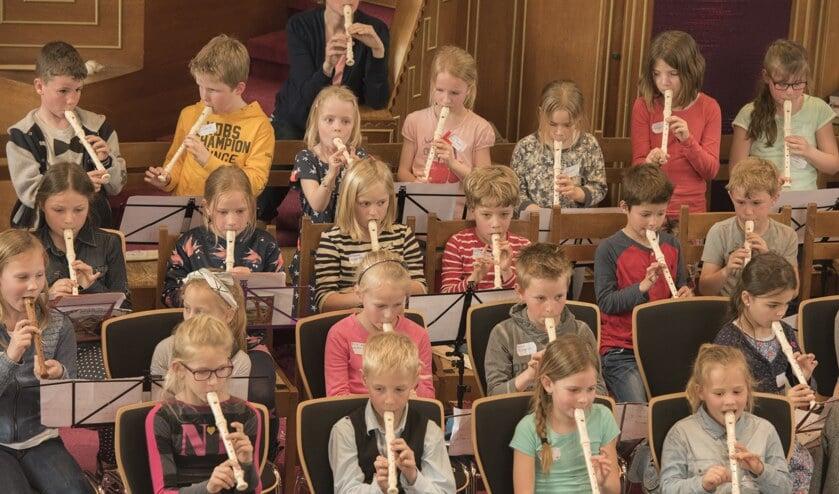 <p>Leerlingen van de basisscholen in Sassenheim spelen mee tijdens het Blokfluitfeest van Crescendo.   Foto: pr.</p>