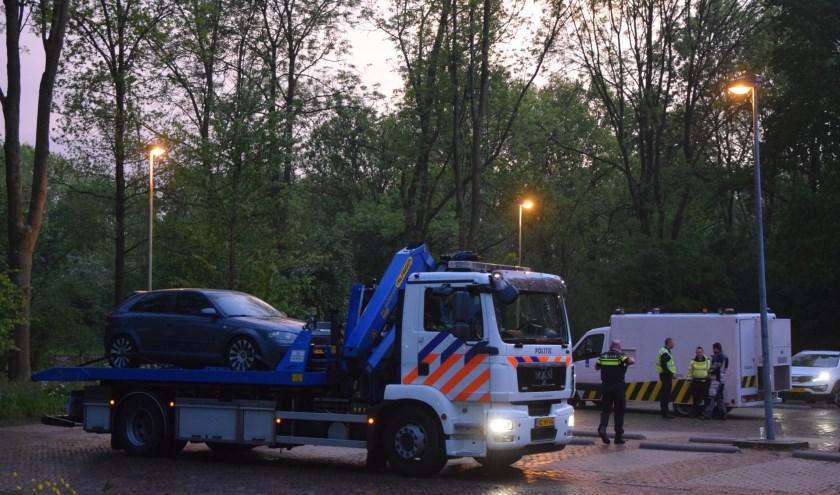 De auto waarin hennep werd aangetroffen, is door de politie afgevoerd voor nader onderzoek.   Foto: AS Media