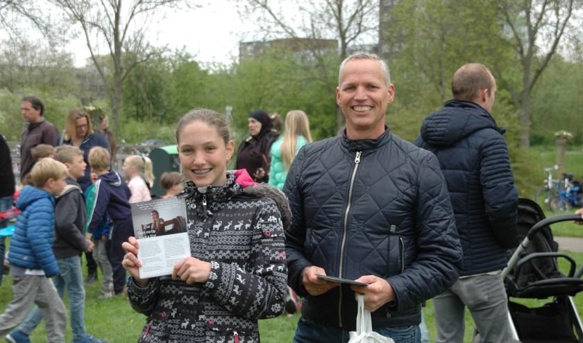 Marcel van der Ploeg en zijn dochter Lisette deelden op 5 mei folders uit over Free a Girl. | Foto: C. v.d. Laan