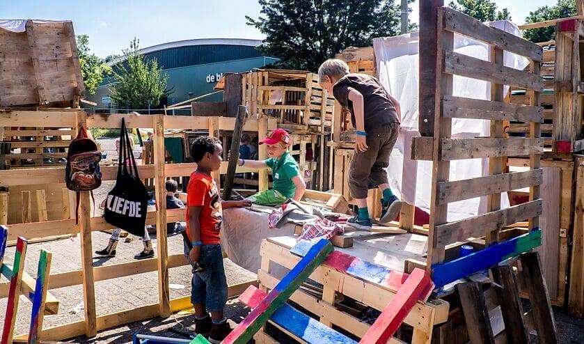 Met afvalhout, oude lappen en verf worden de fraaiste hutten gebouwd. Archieffoto: J.P. Kranenburg