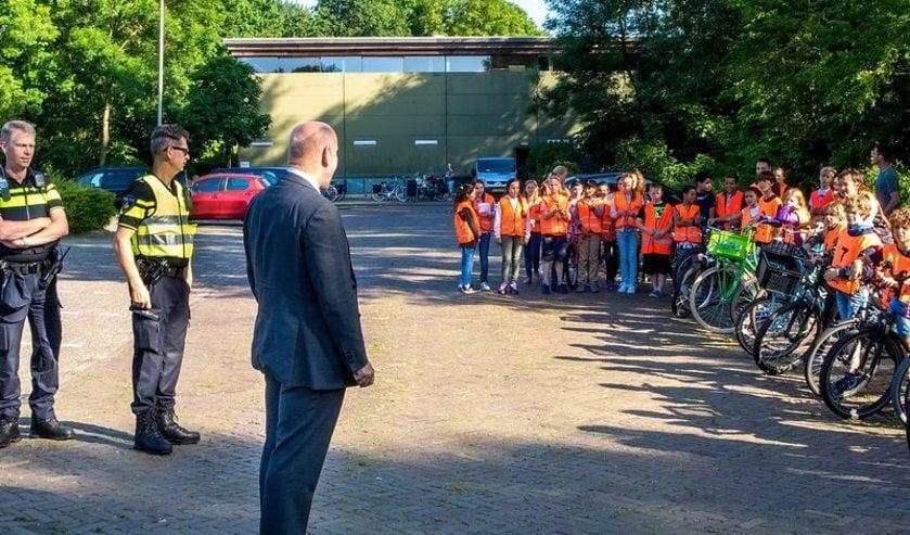 Wethouder Olaf McDaniel sprak vanochtend de leerlingen van de School Kastanjelaan en de Hasselbraam toe voordat ze begonnen aan hun examen.