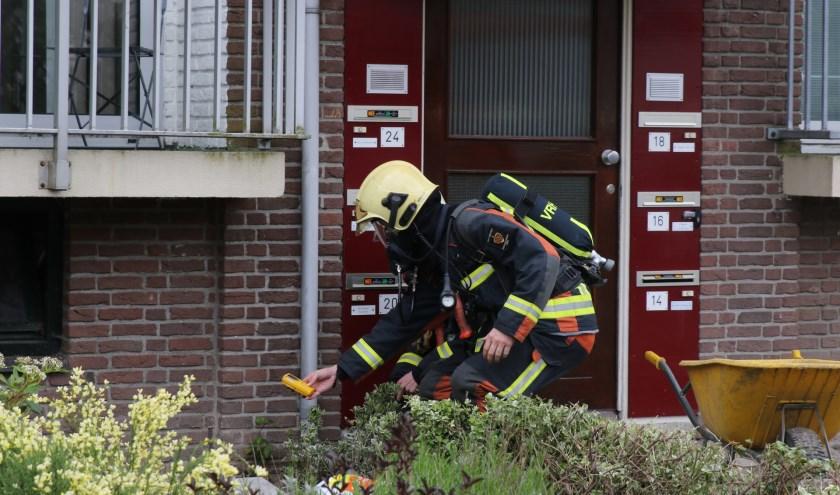 De brandweer verrichtte metingen bij het portiek.   Foto: AS Media