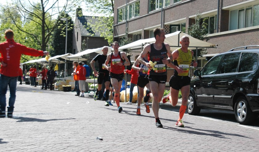 Ook dit jaar komen de lopers van de 10 kilometer en halve marathon door de Van Diepeningenlaan. | Archieffoto: C. v.d. Laan