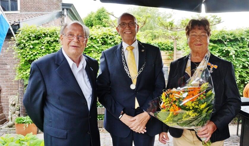 V.l.n.r: Rien van der Vlies, loco-burgemeester Kees Wassenaar en Magda van der Vlies.