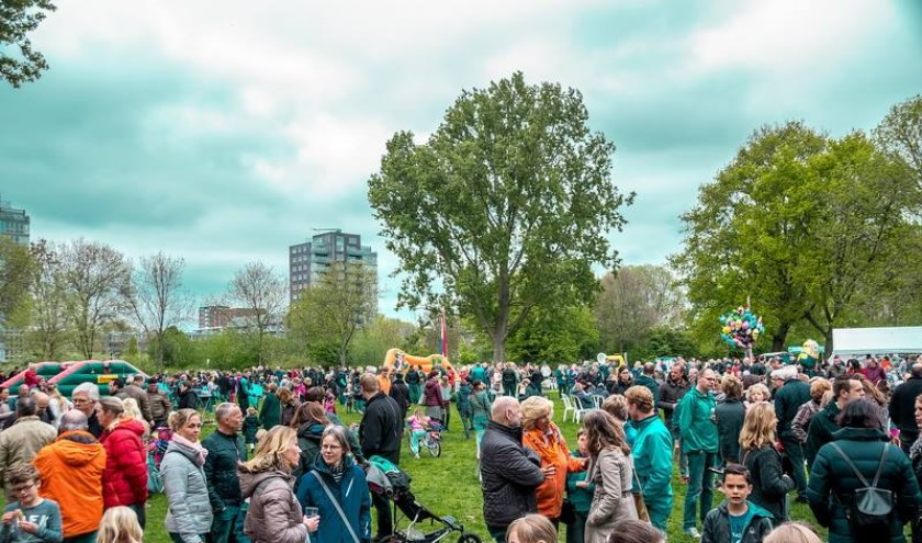 Drukte op het feestterrein in De Houtkamp. | Foto: J.P. Kranenburg