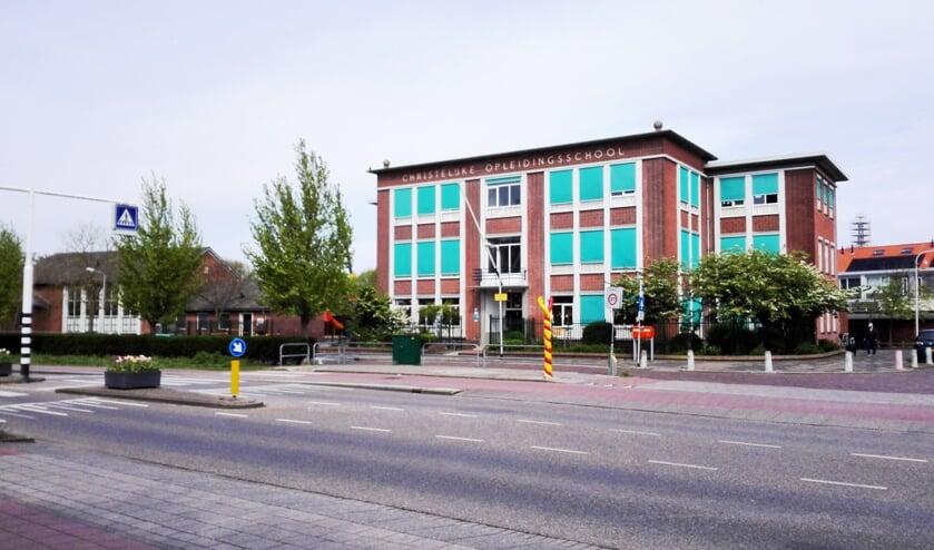 <p>De Opleidingsschool met links de gymzaal. | Foto: RD</p>