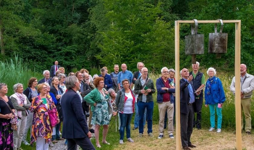 Wethouder Jeff Gardeniers gebruikt het kunstwerk van Bob Budd om de tentoonstelling te openen.