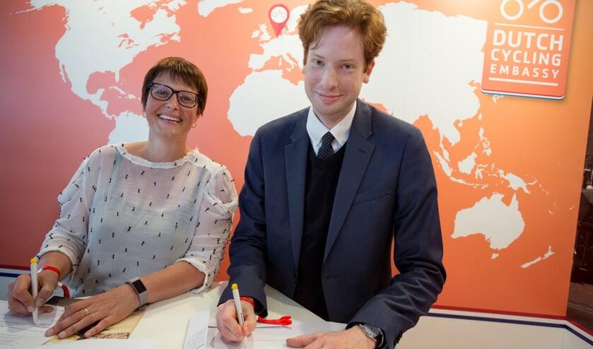 Directeur Saskia Kluit van de Fietsersbond (links) en gedeputeerde Floor Vermeulen (Verkeer) van de provincie Zuid-Holland tekenden vrijdag de overeenkomst.