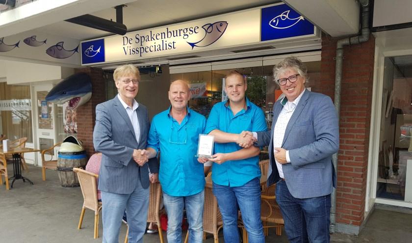 Bertus en Bart Bos (midden) krijgen hun oorkonde uitgereikt.