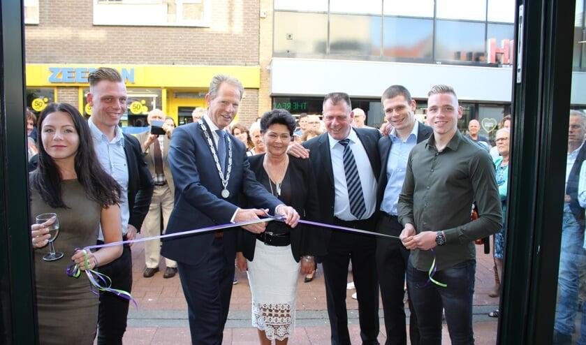 De familie Evers en Burgemeester Arie van Erk bij de opening van de eerste Readshop XL van Nederland.| Foto: Annemiek Cornelissen