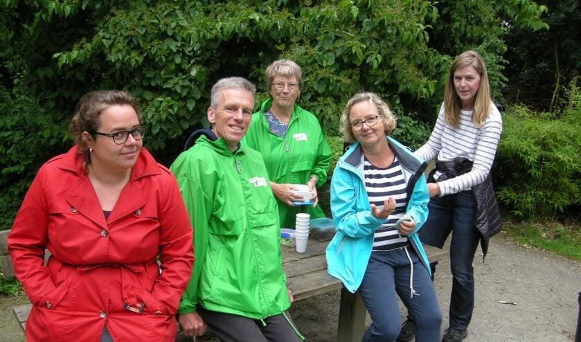 Irene Flinterman van het Platform Hondenweer (tweede van rechts), geflankeerd door vrijwilligers en sympathisanten van GroenLinks Leiderdorp. | Foto: PR