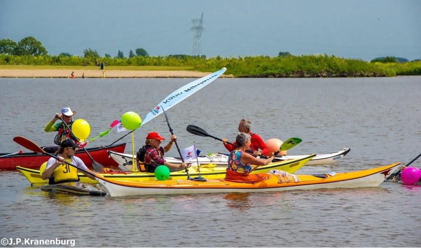 Met kano's werden figuren gemaakt op het water.