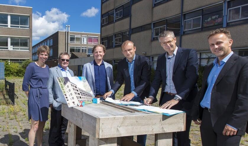 De ondertekening van de intentieovereenkomst met onder meer Galtjo van Zutphen van  DID Vastgoedontwikkeling, Bernlef de Vries van Vink Bouw,   en Jan de Vries van Rijnhart Wonen (resp. 3e, 4e en 5e van links).
