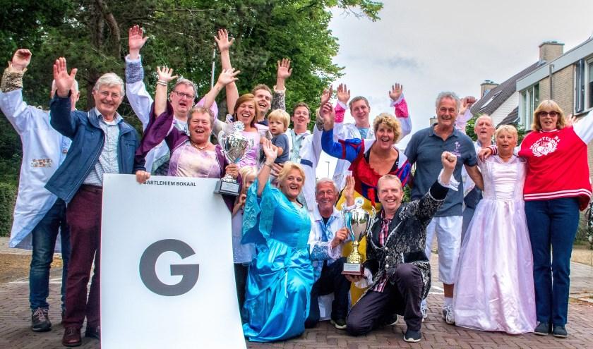 Robert Laan (4e van rechts) tussen de vrijwilligers die er op 21 mei een feestje van maakten in de Splinterlaan. | Foto: J.P. Kranenburg