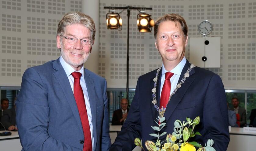 Dijkgraaf Gerard Doornbos (l) feliciteert zijn opvolger Rogier van der Sande met zijn benoeming. | Foto: pr.