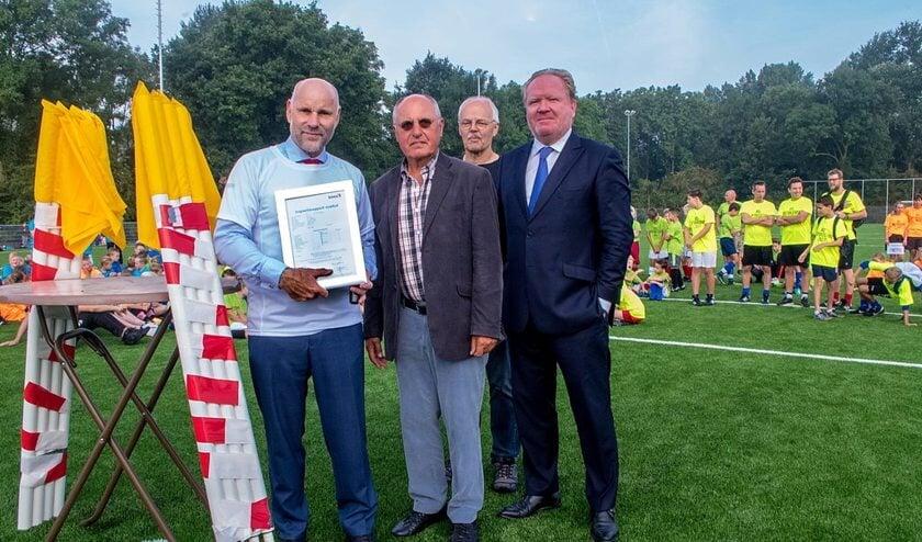 V.l.n.r. wethouder Olaf McDaniel, Pierre van Overloop van de BOGS, Joop van Huut van de Voetbalstart en RCL voorzitter Kees van der Burg