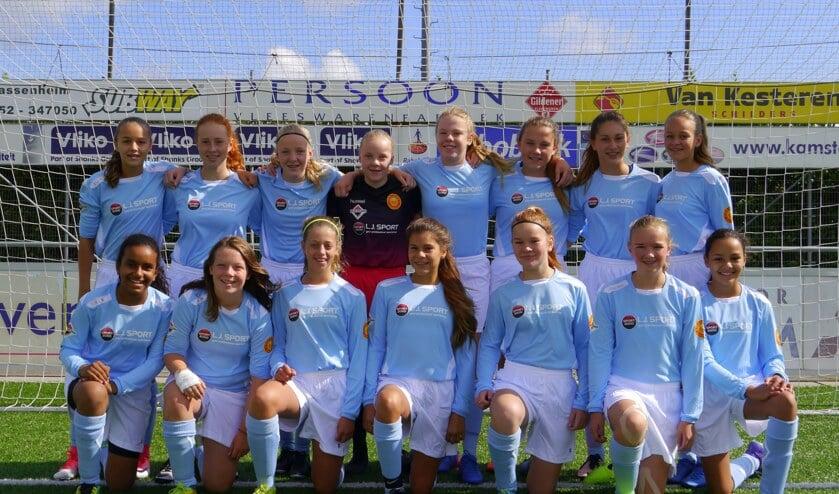 De meiden van MO15 Teylingen/Ter Leede in hun nieuwe tenue.   Foto: pr.