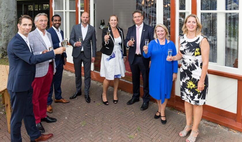 Vijf van de zes bestuursleden proosten samen met wethouder Wendelien Tönjann, kwartiermaakster Marjolijn van der Jagt en Laura Platte van de gemeente Oegstgeest. | Foto Wil van Elk