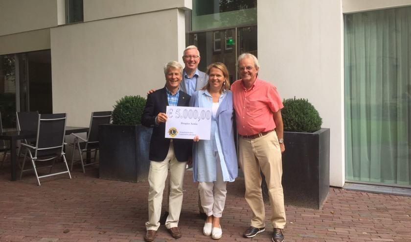 Jacqueline Bouts neemt de cheque in ontvangst van Lions-president Erik Kopp. Linksachteraan Peter de Ligt, rechts Theo Botden. | Foto: PR