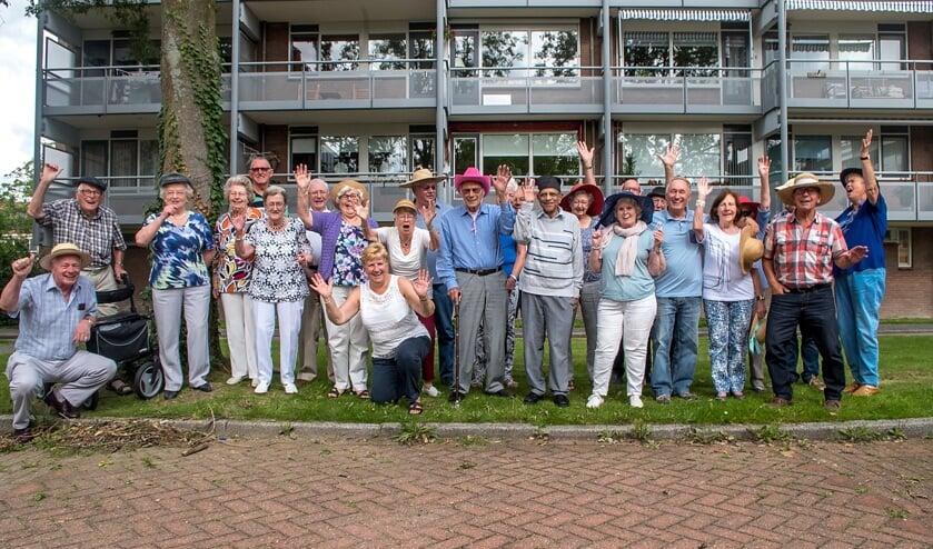 De bewoners van de Santenaar in feeststemming. Het gebouw op de achtergrond is overigens niet de jarige Santenaar.