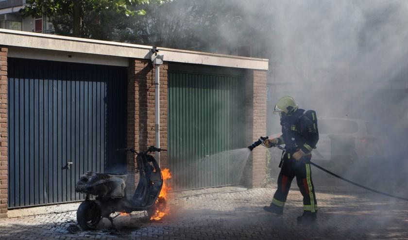De brandweer maakt korte metten met de laatste vlammen.
