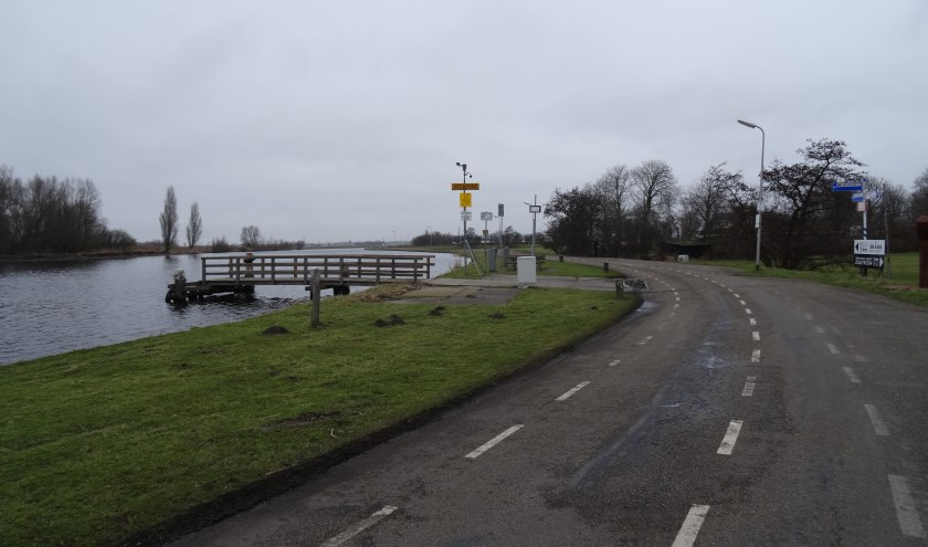 De Zijldijk ter hoogte van het fiets- en voetgangerspontje naar de Merenwijk.   Foto: C. v.d. Laan