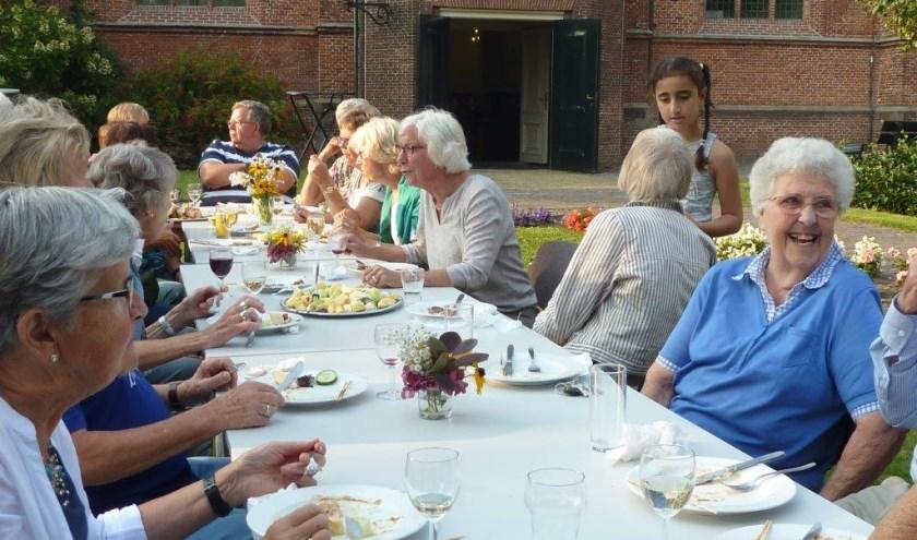 Gezellig vakantieverhalen uitwisselen tijdens de barbecue op een prachtige zomeravond. | Foto/tekst: Esta Hoogervorst