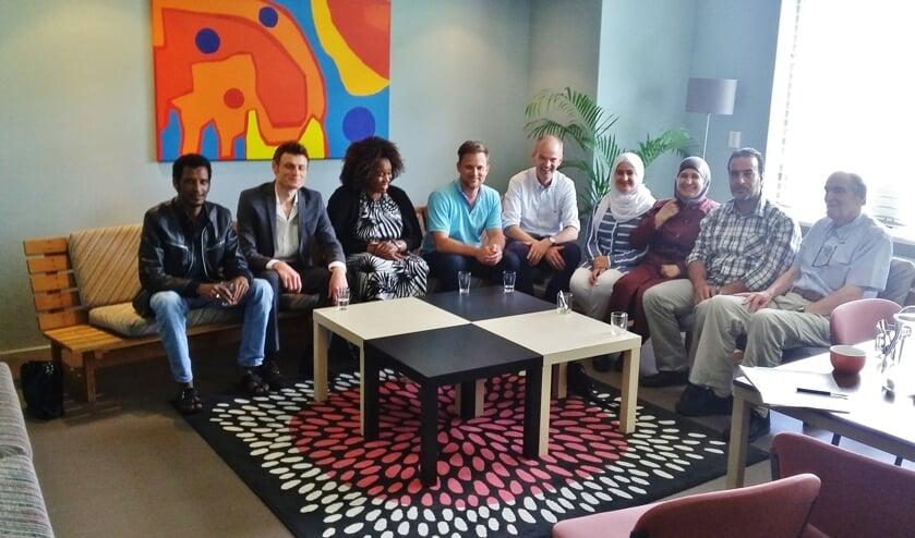 Aan het 'vierkante tafelgesprek' nam een bont gezelschap deel. Van links naar rechts: Tesfayesus Bereket Misgina (Eritrea), Ahmad Bayazid (Syrië), Latifa Munim (Somalië), Geert Schipaanboord, Arie Janssen, Khadija Abdullatif (Syrië), Nour Baeij (Syrië), Khaled , Oem en Ab Abdullatif (Syrië) en taalcoach William den Heeten.   Foto: PR/Maureen van den Brink
