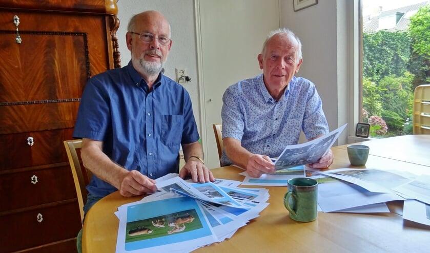 Haro en Jan buigen zich over de drukproeven van hun boek.