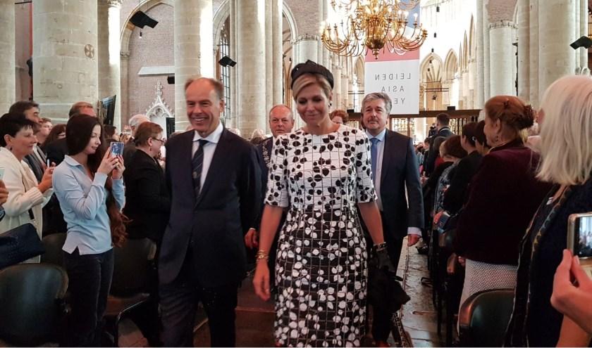 Bestuursvoorzitter prof. Carel Stolker ontvangt Koningin Maxima in de Pieterskerk. | Foto: Frans Brocken