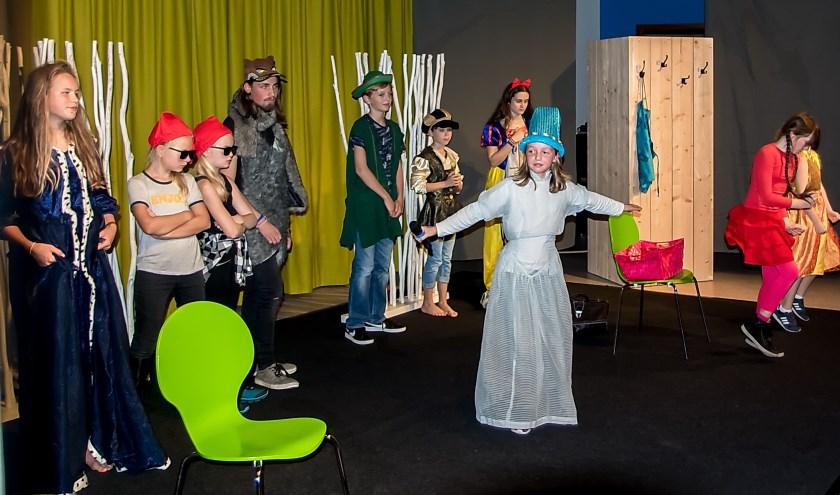 Leerlingen van de Jeugdtheaterschool speelden de voorstelling 'Sneeuwwitje en de rest'|Foto J.P. Kranenburg.
