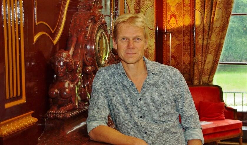 Vroege Vogels-presentator Menno Bentveld in de Drakenzaal van Oud-Poelgeest. | Foto Willemien Timmers