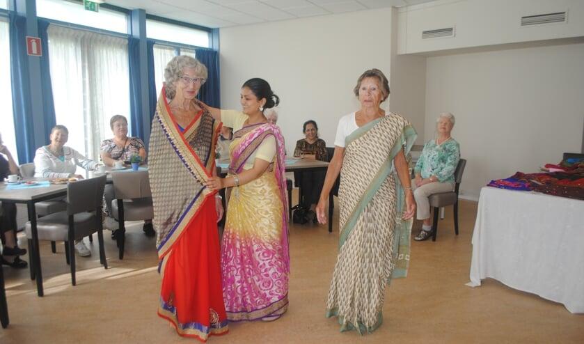 Mannequin Radika uit Alphen toonde hoe een sari om het lichaam wordt gedrapeerd. | Tekst&Foto: Nelleke Thissen
