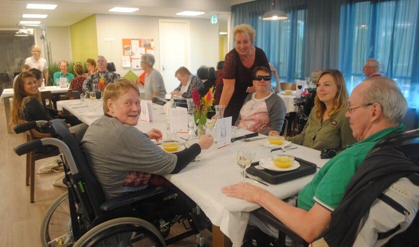 In het volgeboekte eerste eetcafé werd volop genoten van een heerlijke maaltijd. | Foto: Nelleke Thissen