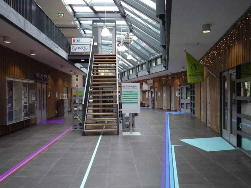 De trap en lift middenin het atrium verdwijnen, op de plek van 't Winkeltje komt een centrale balie.