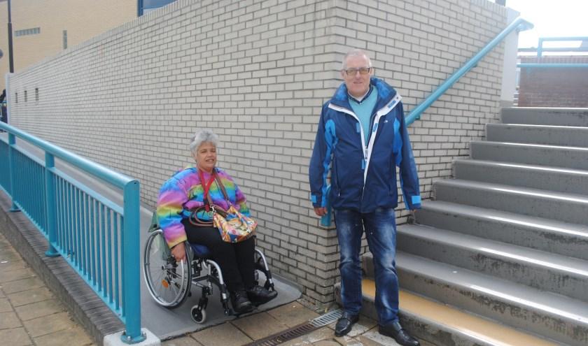 Aafke kan probleemloos de hellingbaan nemen. Cees Zwanenberg is blij met de gele traptreden. | Foto: Nelleke Thissen