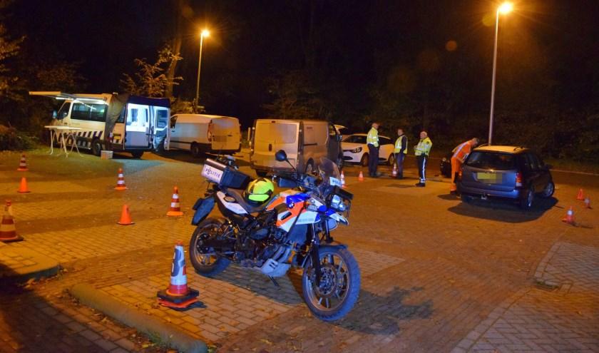 De auto's werden gecontroleerd op de parkeerplaats aan de rand van park De Houtkamp.