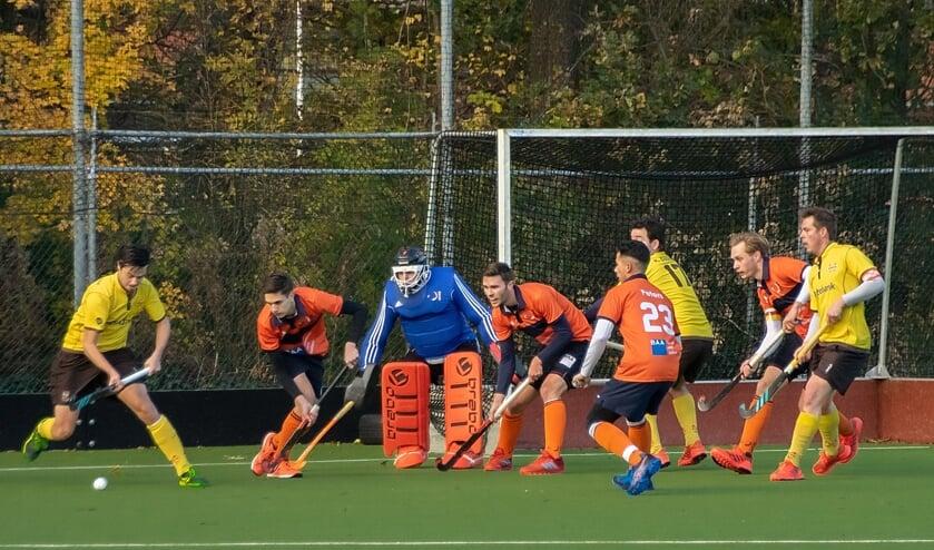 Dominique van Nieuwehuizen belaagt de HCAS verdediging.